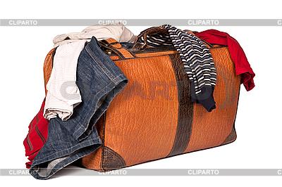 Overstuffed bagaż w starym walizka samodzielnie na białym tle | Foto stockowe wysokiej rozdzielczości |ID 3015767