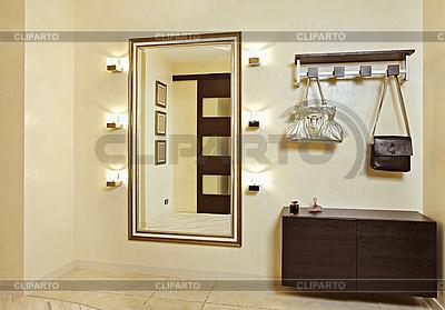 Hall in Beigetönen mit Garderobe und Spiegel | Foto mit hoher Auflösung |ID 3016775