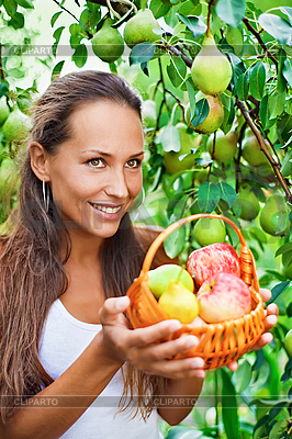 Красивая дама в саду с яблоками | Фото большого размера |ID 3016788