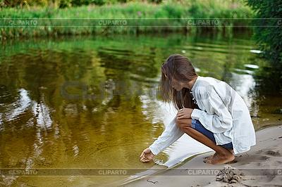 Молодая женщина строит замок из песка | Фото большого размера |ID 3016803
