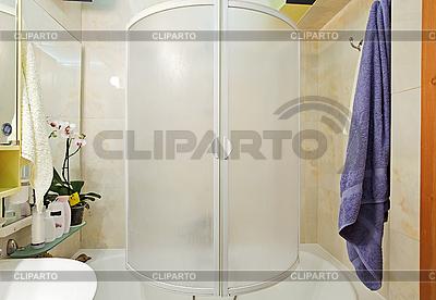Nowoczesny mały prysznic, wanna z niebieskim ręcznik | Foto stockowe wysokiej rozdzielczości |ID 3016931