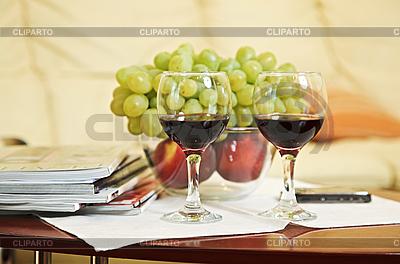 Zwei Weingläser und Obst | Foto mit hoher Auflösung |ID 3016935