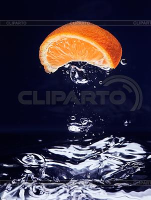 Апельсин падает в синюю воду с пузырьками воздуха | Фото большого размера |ID 3016992