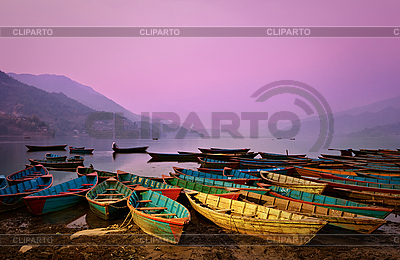 Zmierzch piękna krajobrazu z łodzi na Phewa Jezioro | Foto stockowe wysokiej rozdzielczości |ID 3017031