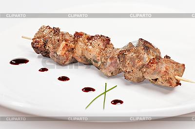 Kebab wieprzowy na białym talerzu | Foto stockowe wysokiej rozdzielczości |ID 3017078