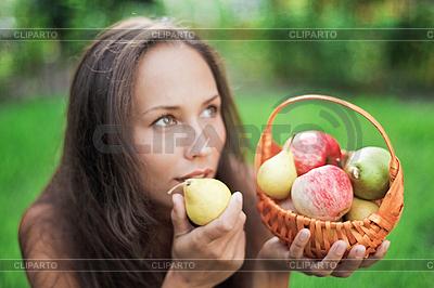 Piękna kobieta na zewnątrz z jabłek i gruszek   Foto stockowe wysokiej rozdzielczości  ID 3017235