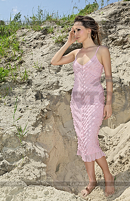 모래 채석장에 분홍색 비늘 sundress에 여자 | 높은 해상도 사진 |ID 3024445