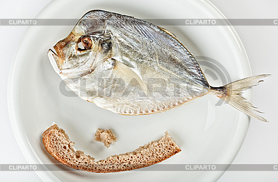 Solone moonfish o kawałek chleba na białym talerzu | Foto stockowe wysokiej rozdzielczości |ID 3024470