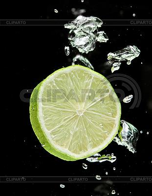 Лайм падающий в воду на черном   Фото большого размера  ID 3024477