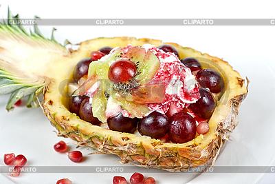 Коктейль с мороженым и фруктами в ананасе | Фото большого размера |ID 3019373