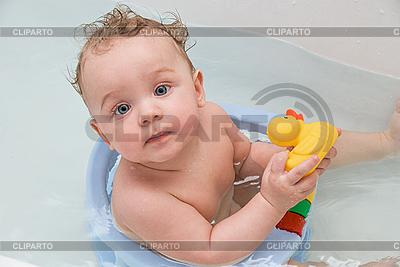 Baby-Junge und gelbes Ente-Spielzeug | Foto mit hoher Auflösung |ID 3020049