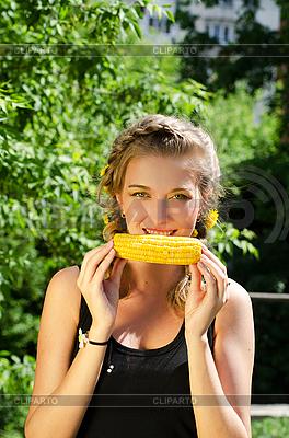Frau isst Maiskolben | Foto mit hoher Auflösung |ID 3036962