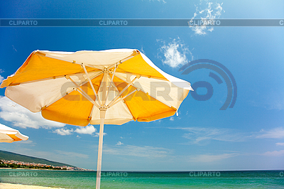 Pomarańczowy parasol na pięknej plaży | Foto stockowe wysokiej rozdzielczości |ID 3020494