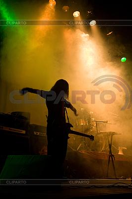 Musiker mit Gitarre auf der Bühne | Foto mit hoher Auflösung |ID 3022340