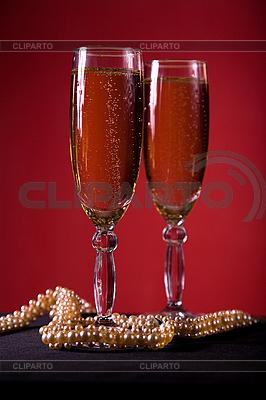 Kieliszki do szampana z perłą naszyjnik | Foto stockowe wysokiej rozdzielczości |ID 3022580