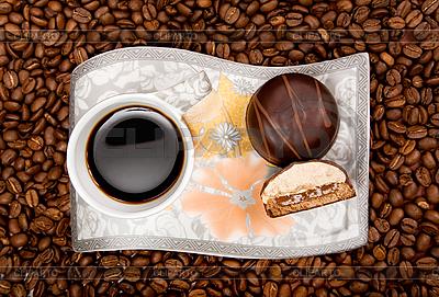 Filiżanka kawy z cukierków na fasoli | Foto stockowe wysokiej rozdzielczości |ID 3022615