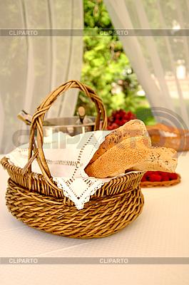테이블에 빵 바구니 | 높은 해상도 사진 |ID 3023209