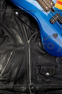Skórzana kurtka z gitarą | Foto stockowe wysokiej rozdzielczości |ID 3023217