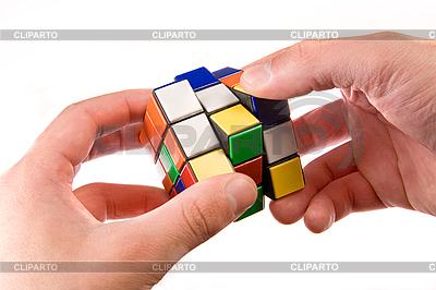 El hombre tratando de resolver el rompecabezas | Foto de alta resolución |ID 3023251