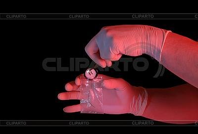 Ręka w rękę umieszczenie przycisku w pakiecie | Foto stockowe wysokiej rozdzielczości |ID 3023260