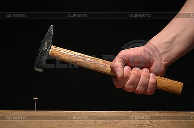 Мужская рука держит молоток | Фото большого размера |ID 3023311