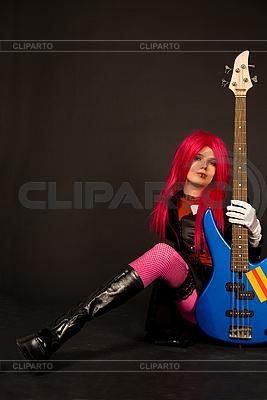 베이스 기타와 함께 앉아 락 소녀 | 높은 해상도 사진 |ID 3023379
