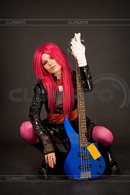 Romantisches Mädchen mit Gitarre hält Zigarette | Foto mit hoher Auflösung |ID 3023385