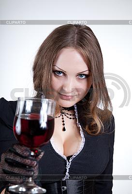 Blue-eyed kobieta z lampką wina | Foto stockowe wysokiej rozdzielczości |ID 3023634