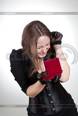 Glückliche junge Frau mit Geschenk-Box | Foto mit hoher Auflösung |ID 3023665