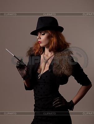 Kobieta w czarnym kapeluszu Gangster | Foto stockowe wysokiej rozdzielczości |ID 3092629