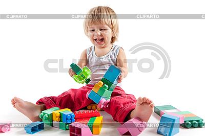 Kleiner Junge spielt mit bunten Würfeln | Foto mit hoher Auflösung |ID 3102870