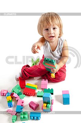 블록과 재생 웃는 어린 소년   높은 해상도 사진  ID 3110077