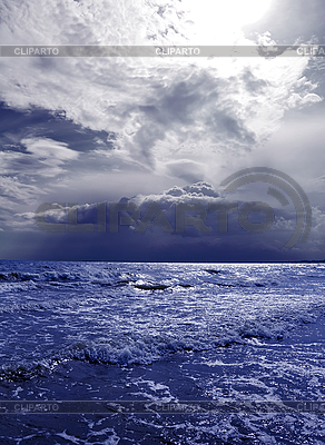 Ciemne burzowe niebo nad oceanem fali | Foto stockowe wysokiej rozdzielczości |ID 3019811