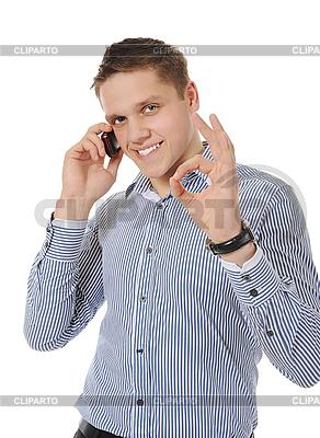 Lächelnder junger Mann spricht am Telefon | Foto mit hoher Auflösung |ID 3021624