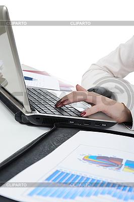 Женские руки на ноутбуке | Фото большого размера |ID 3022022