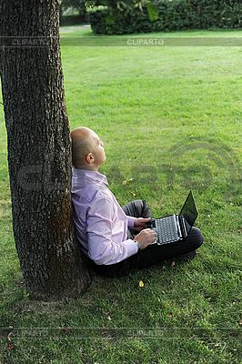 나무 근처 노트북 앉아 남자 | 높은 해상도 사진 |ID 3022056