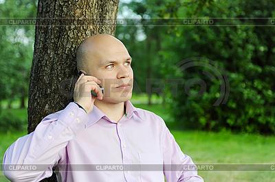 男子煲电话粥 | 高分辨率照片 |ID 3022057