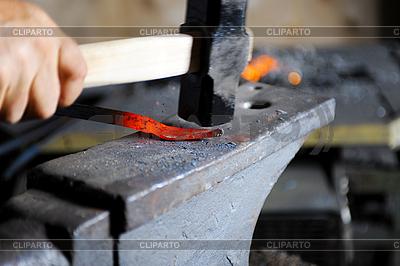 Kowal wykuwa włócznia | Foto stockowe wysokiej rozdzielczości |ID 3022100