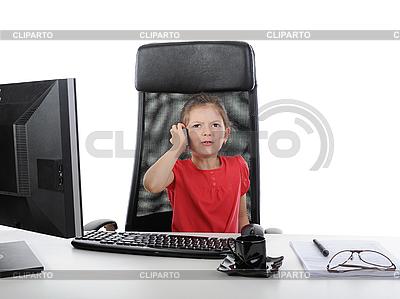 Dziewczynka na komputerze biurowym. | Foto stockowe wysokiej rozdzielczości |ID 3022130