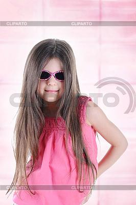 선글라스에 작은 갈색 긴 머리 소녀 | 높은 해상도 사진 |ID 3022181