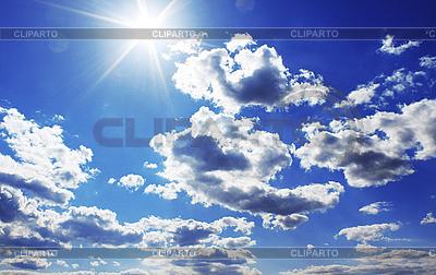 Świeci słońce na błękitnym niebie | Foto stockowe wysokiej rozdzielczości |ID 3023424