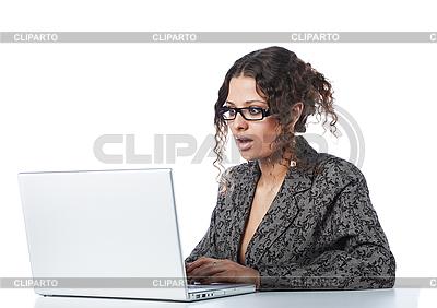 Schöne Geschäftsfrau liest schlechte Nachricht | Foto mit hoher Auflösung |ID 3023072