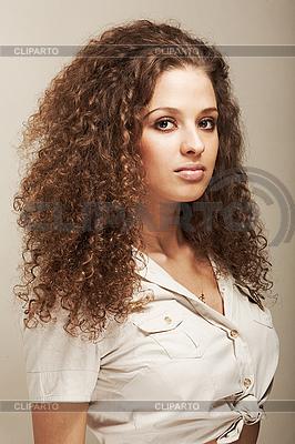 Sexy kobieta z długo kręcone włosy na sobie mundur | Foto stockowe wysokiej rozdzielczości |ID 3023080