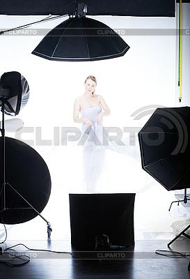 Schöne Modell-Frau posiert im Studio | Foto mit hoher Auflösung |ID 3023081