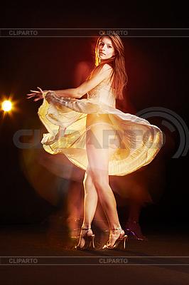 Piękna kobieta, taniec | Foto stockowe wysokiej rozdzielczości |ID 3023096