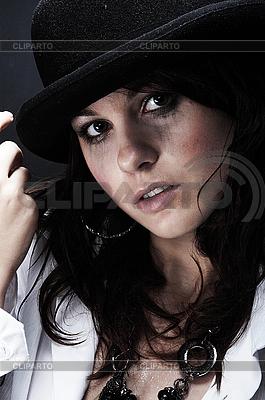 Piękne młoda kobieta ma na sobie czarny kapelusz | Foto stockowe wysokiej rozdzielczości |ID 3023110