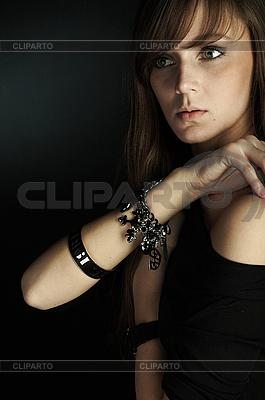 Schöne junge Frau auf Schwarz | Foto mit hoher Auflösung |ID 3023857