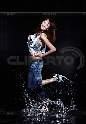 Nette junge Frau tanzt im Wasser | Foto mit hoher Auflösung |ID 3023929