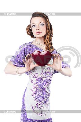 어두운 붉은 마음을 들고 아름 다운 로맨틱 여자 | 높은 해상도 사진 |ID 3024259
