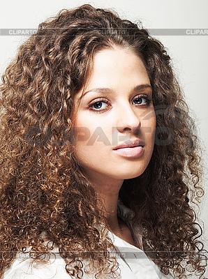 Frau mit langen lockigen Haaren | Foto mit hoher Auflösung |ID 3024262